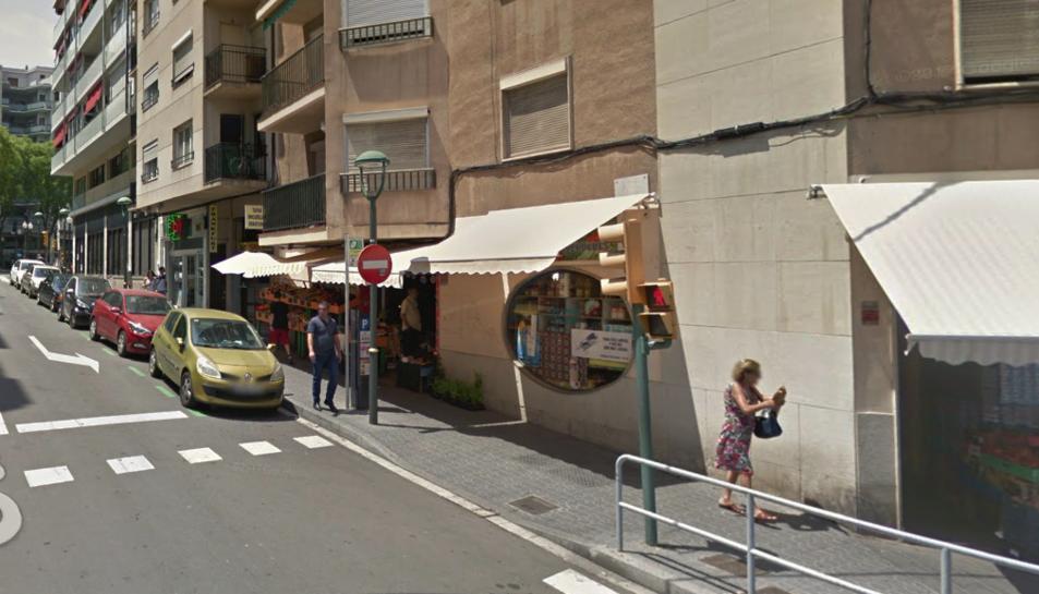 El robatori es va produir a la fruiteria del carrer Enginyer Cabestany que fa xamfrà.