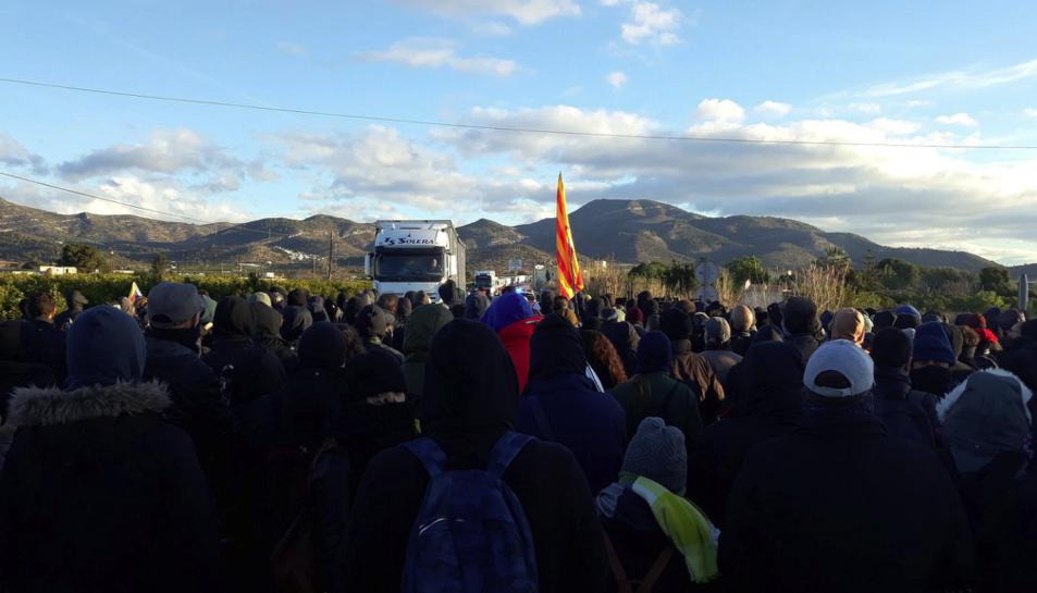 Unes 200 persones s'han mobilitzat per protestar contra els darrers esdeveniments polítics.