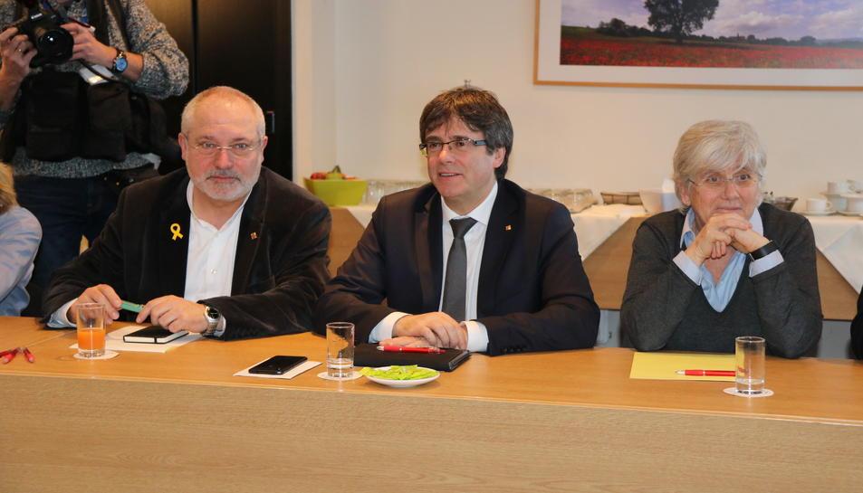Imatge d'arxiu de Puigdemont, Puig i Ponsatí en una reunió de JxCat a Brussel·les.
