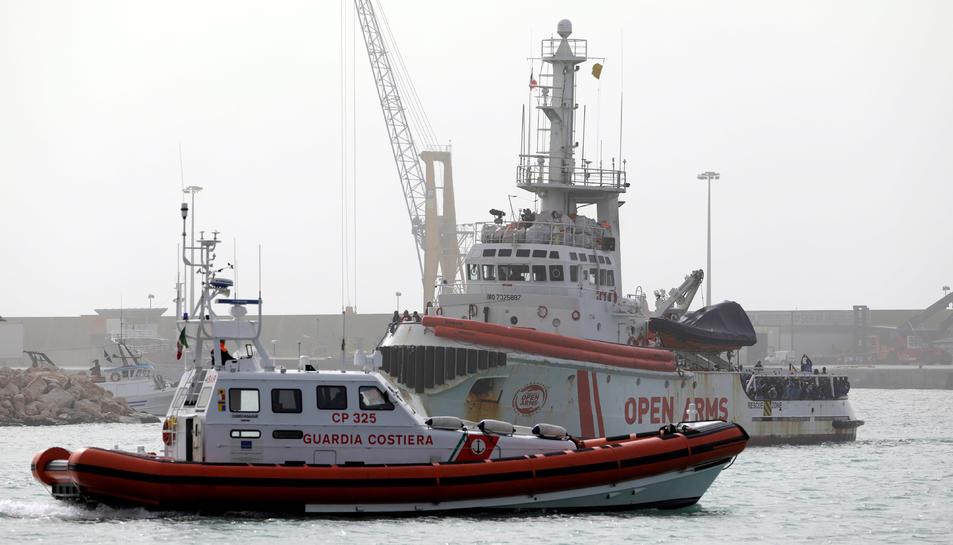 Imatge dels migrants esperant per desembarcar del vaixell de la
