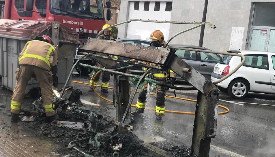 Imatge dels Bombers apagant el foc.