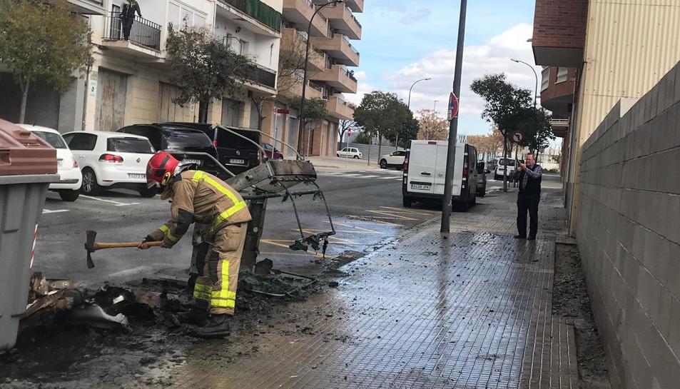Al carrer Manuel Hugué s'ha desplaçat una dotació de Bombers.