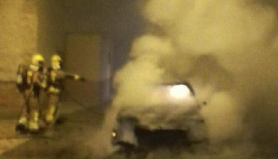 El turisme marca Mercedes 220 va cremar totalment.