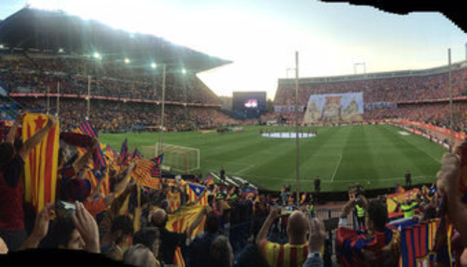 Afició blaugrana amb banderes del Barça, senyeres i estelades el 22 de maig de 2016.