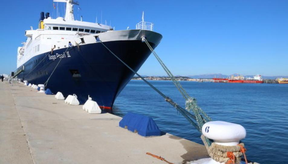 Pla general del primer creuer que fa escala aquesta temporada 2018 al port de Tarragona, el 'Pearl II', de la companyia Saga Cruises.