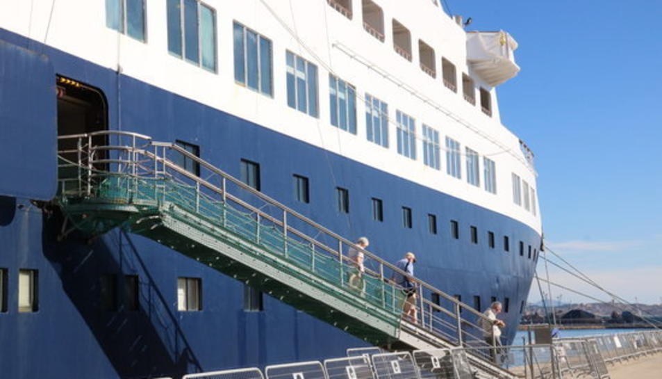 Passatgers baixant per les escales del creuer 'Pearl II', el primer que atraca enguany al Port de Tarragona.