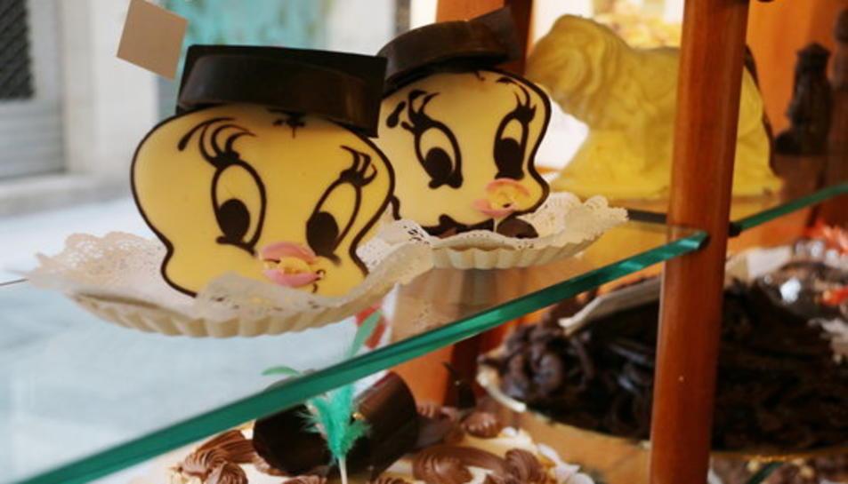 Primer pla de les figures de xocolata per a la mona de Pasqua de 'Piolín', amb tricorni, a la pastisseria Santacana de Valls.