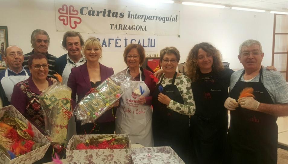 Moment de l'entrega de la mona a Càritas per part de la presidenta d'ESPIMSA, Elvira Ferrando.