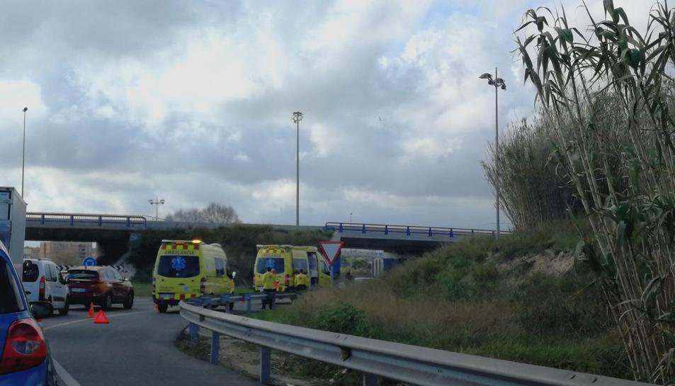 Imatge de dues ambulàncies al lloc on han xocat els dos turismes.