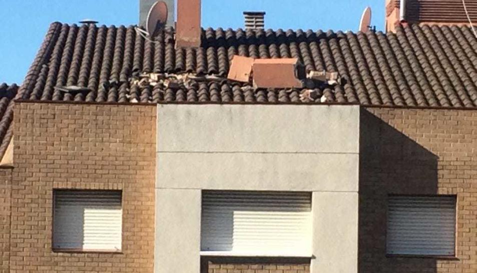 La xemeneia està a punt de caure de la teulada