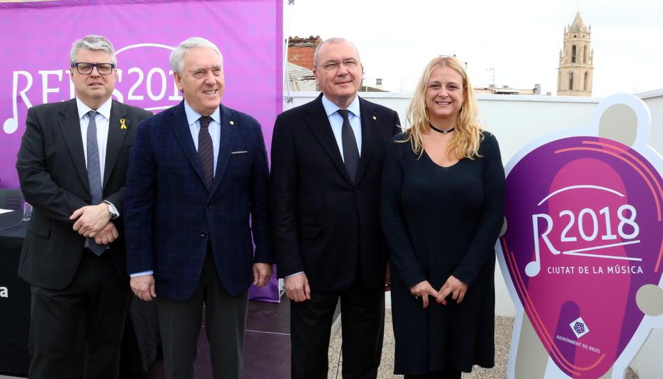 Foto de grup amb Jordi Agràs (Generalitat), Josep Poblet (Diputació), Carles Pellicer (alcalde de Reus) i Montserrat Caelles (regidora de Cultura), durant la presentació de la Ciutat de la Música 2018. Imatge del 3 d'abril del 2018