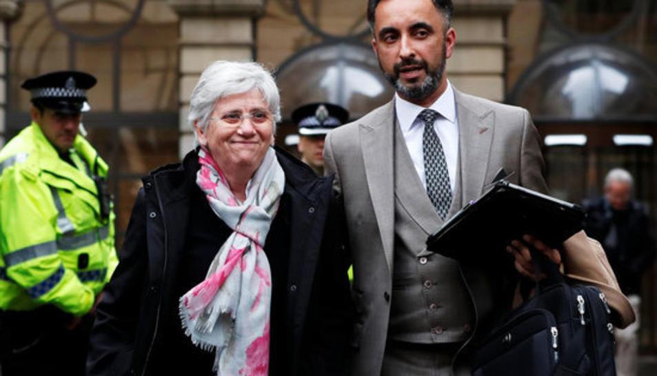 Clara Ponsatí i el seu advocat Aamer Anwar a la sortida de la vista a Edimburg el 28 de març del 2018.