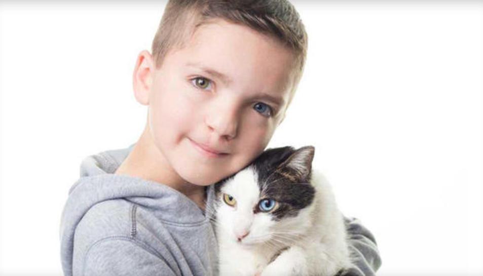 Imatge de Madden i el seu gatet adoptat Moon.