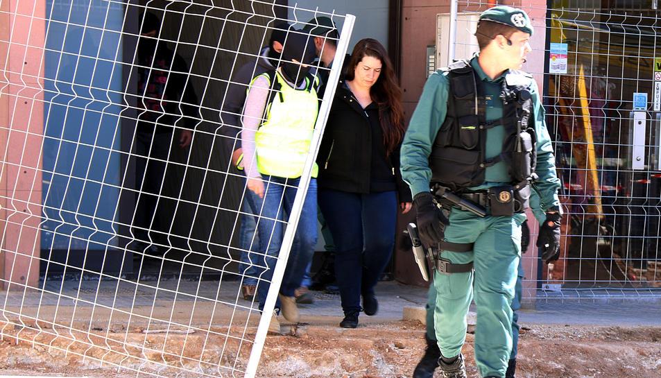 Imatge del moment en què la Guàrdia Civil va detenir la membre del CDR de Viladecans.