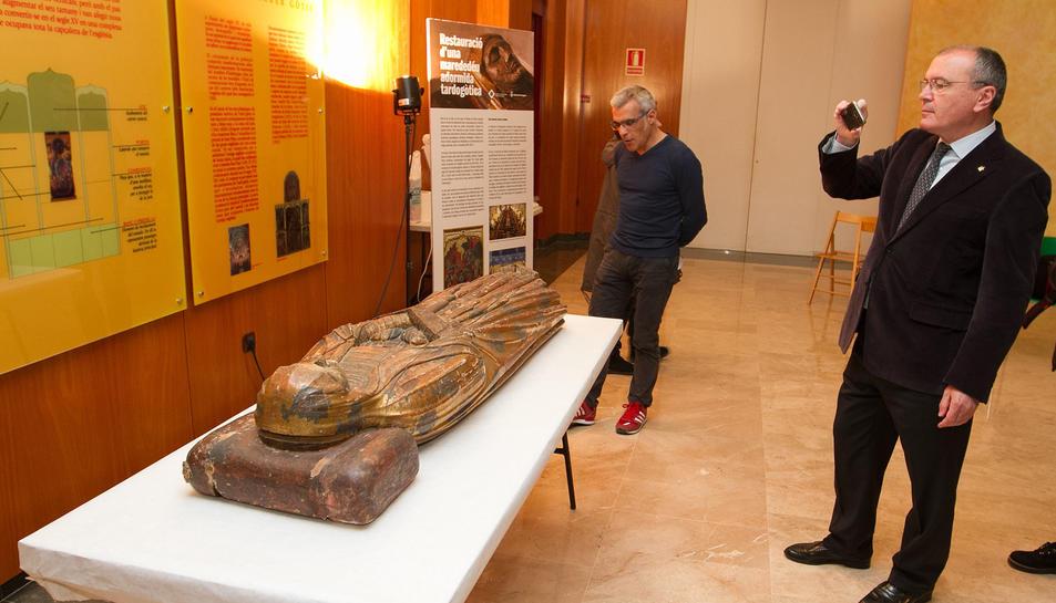 Carles Pellicer i  Marc Ferran, amb la marededéu que se sotmetrà a la intervenció.