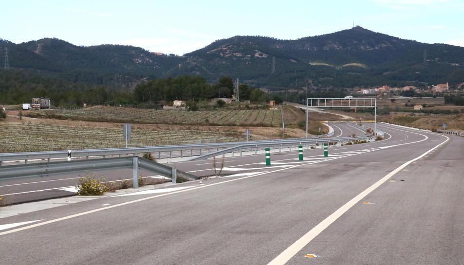 Panoràmica de l'autovia A-27, ja construïda al seu pas pel terme de Valls, i inacabada als peus del Coll de Lilla, en direcció a Montblanc, amb les muntanyes al fons. Imatge publicada el 13 d'abril del 2018