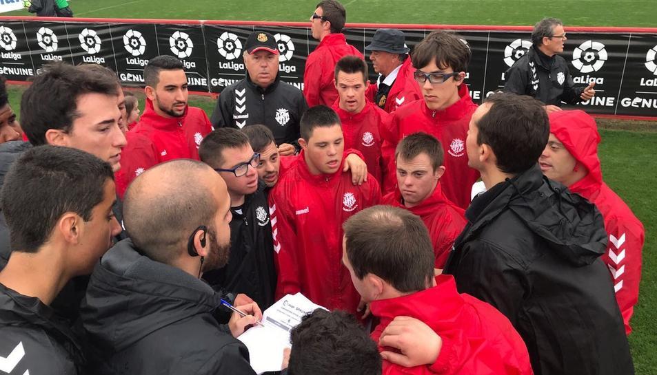Els jugadors del Nàstic Genuine reben les instruccions tàctiques pel partit