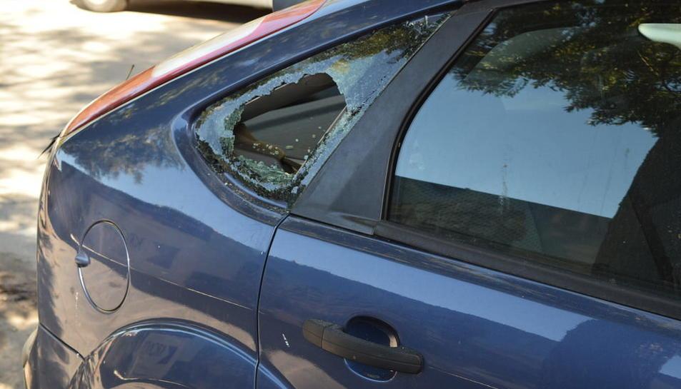 Una dotzena de cotxes apareixen amb els vidres trencats