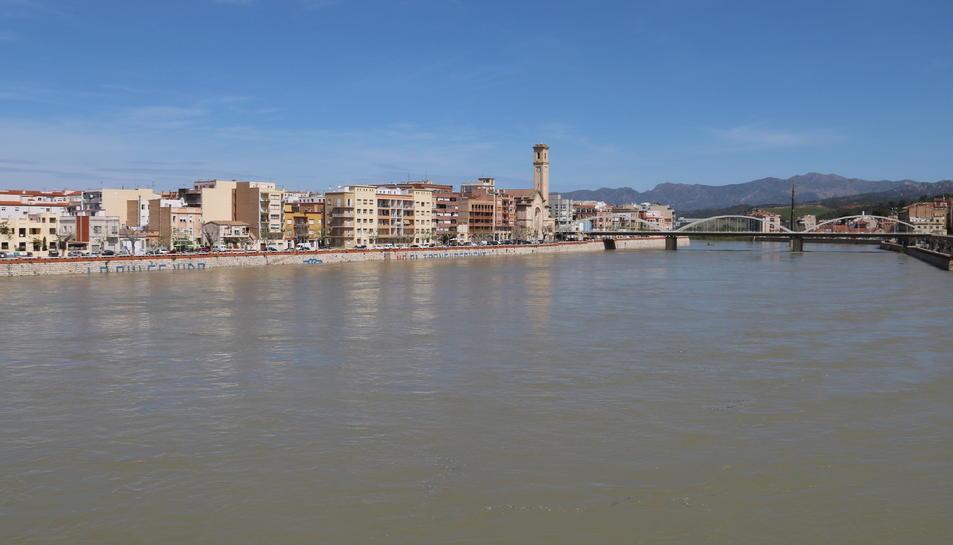 Pla del riu Ebre al seu pas per Tortosa vist des del Pont Roig. Imatge del 15 d'abril de 2018