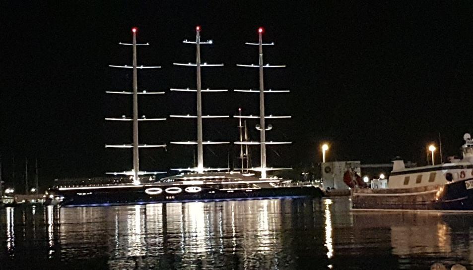 Visió nocturna del BlackPearl a la Marina Port Tarraco.