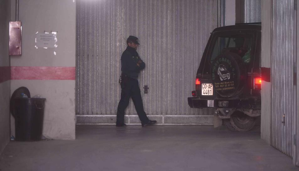 Imatge dels agents a l'interior del pàrquing on van ser trobats els cadàvers.