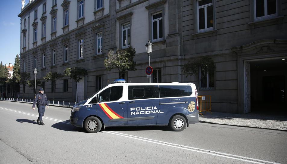 Arribada de la furgoneta de la policia espanyola que transporta els empresonats al Tribunal Suprem.