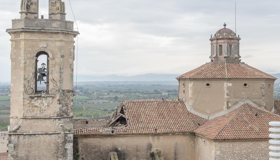 Imatge de l'església de Constantí amb part del sostre esfondrat.