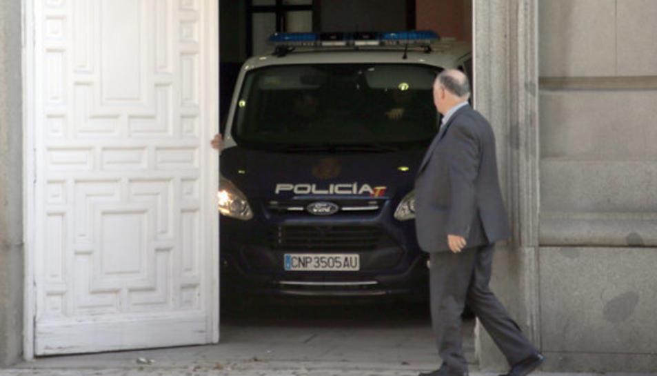 La furgoneta de la policia espanyola que transporta els empresonats dins el Tribunal Suprem, el 16 d'abril del 2018.