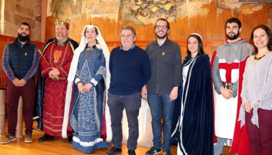 Foto de grup de la família reial de la Llegenda de Sant Jordi, amb el responsable de l'organització de la festa, Joan López, i l'alcalde i regidors de Montblanc, durant la presentació de la Setmana Medieval.