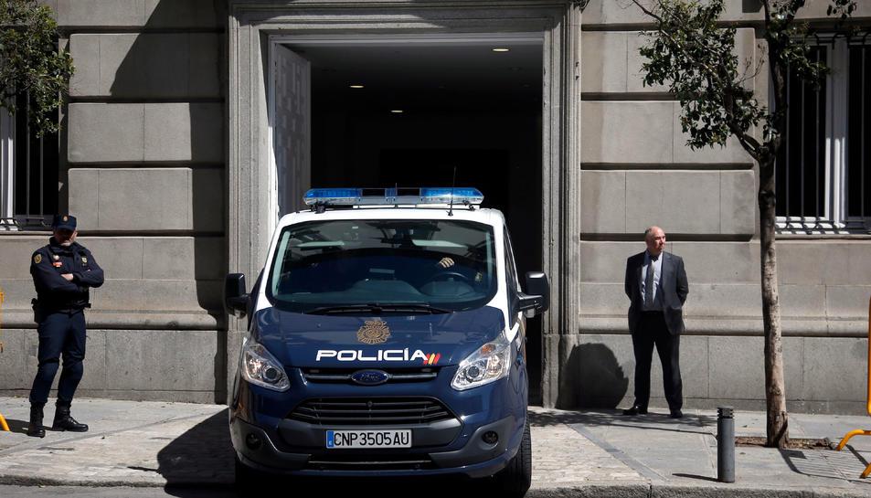 Imatge de la furgoneta de la policia espanyola amb Jordi Sànchez sortint del Tribunal Suprem.