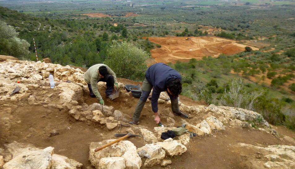 Arqueòlegs treballant al jaciment