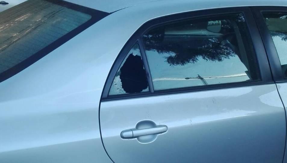 Un dels cotxes afectats amb un vidre trencat.