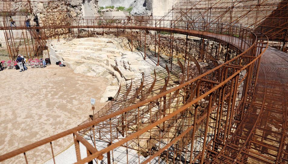 S'ha instal·lat una gran estructura de ferro que simula les antigues graderies del monument.