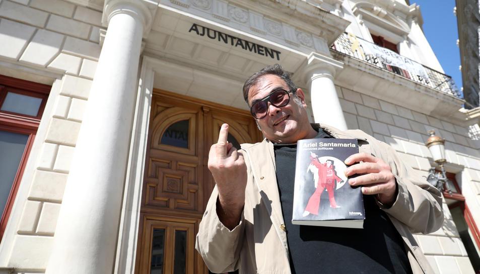 Santamaria , a les portes de l'Ajuntament on va ser regidor entre els anys 2007 i 2011, amb el seu llibre.