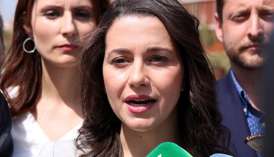Primer pla de la líder de Cs a Catalunya, Inés Arrimadas, atenent els mitjans a l'Anella Mediterrània de Tarragona. Imatge del 19 d'abril del 2018