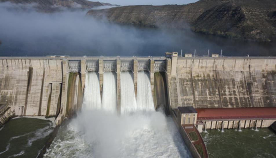Vista àeria de la presa de Mequinensa desembassant aigua.