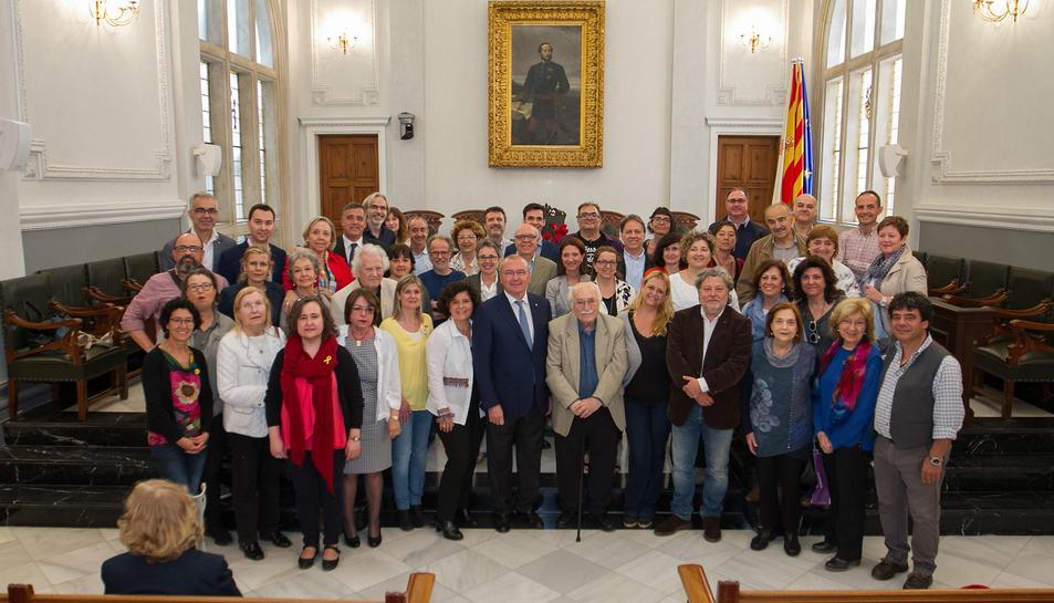 Fotografia de família dels autors locals i els regidors al Saló de Plens de l'Ajuntament.