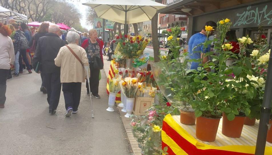 La Rambla Nova, plena de parades de roses i llibres per Sant Jordi.