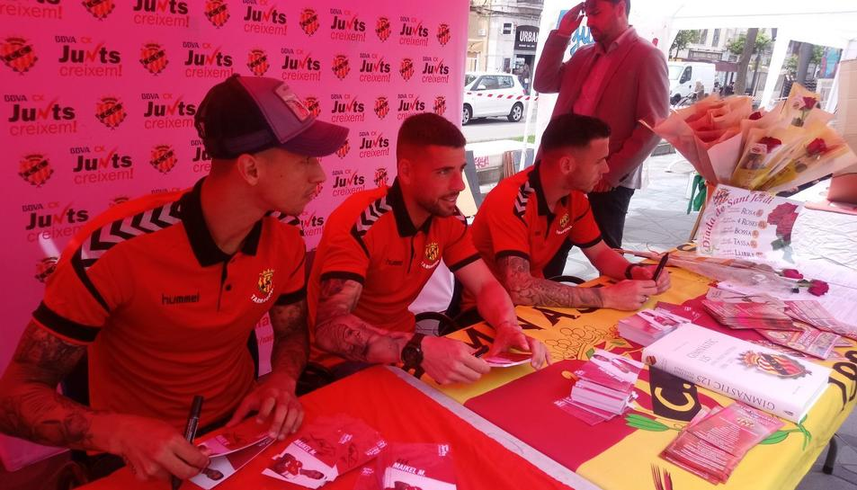 Maikel Mesa, Xavi Molina i Álvaro Vázquez han firmat autògrafs a la Rambla Nova de Tarragona.