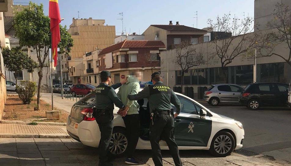 Moment de la detenció d'una de les persones encarregades d'un punt de venda de droga.
