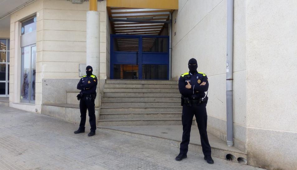 L'operatiu policial s'ha fet en un habitatge del carrer Sabastià Juan Arbó d'Amposta.