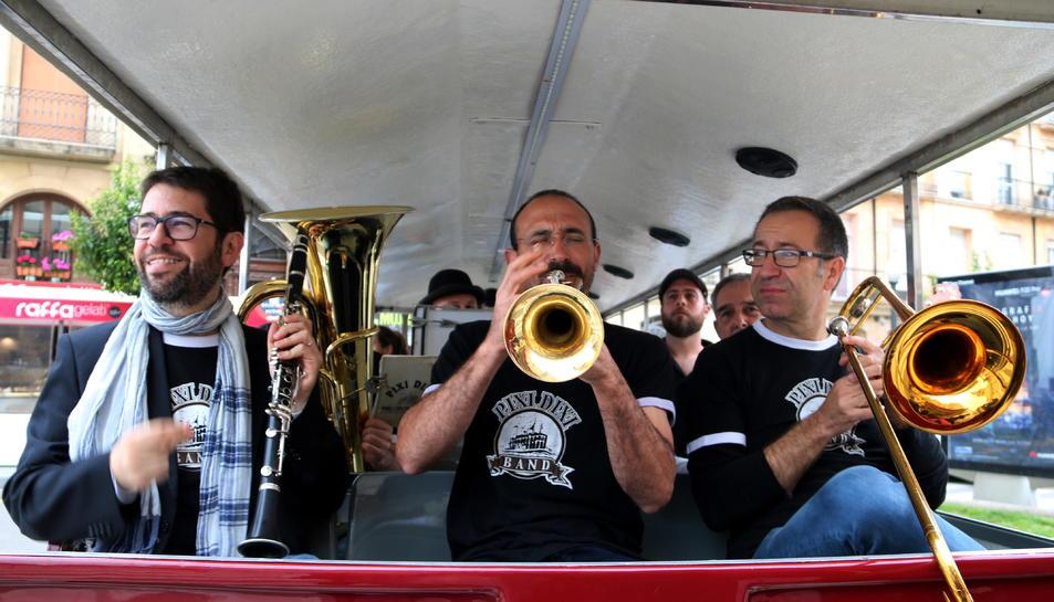 Pla mig de tres músics tocant en el tren turístic de Tarragona en el marc de la 24 ena edició del Festival Dixieland.