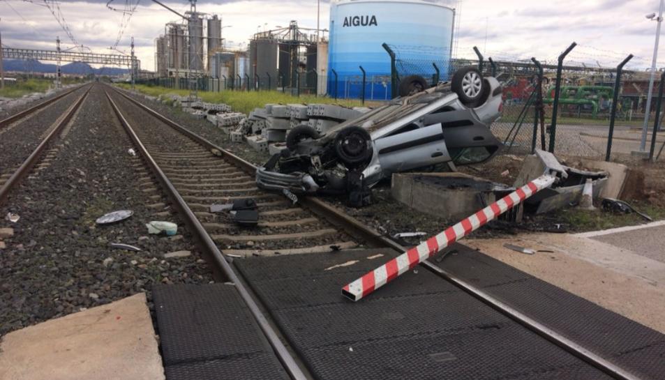 Imatge del vehicle accidentat al pas a nivell de la carretera Apeadero de La Canonja.
