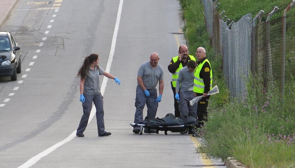 Agents retirant part de les restes humanes trobades als voltants de la vía.