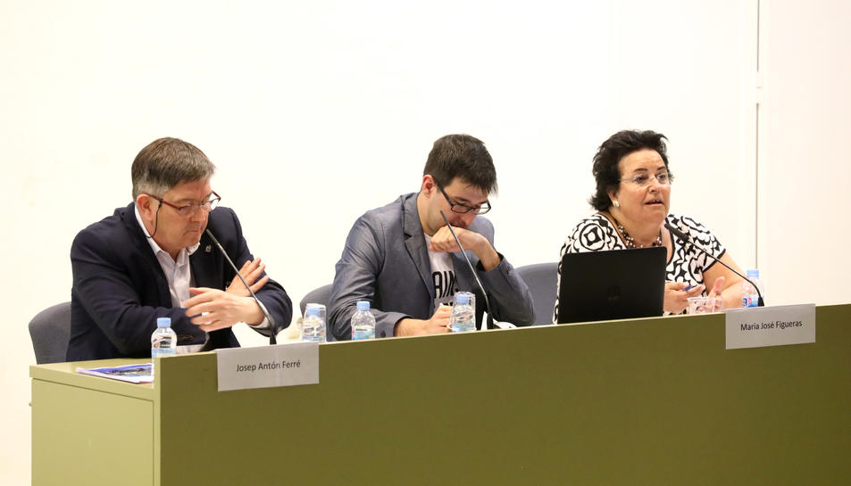 Josep Antón Ferré i Maria José Figueras van compartir taula amb un dels membres del Consell d'Estudiants, que va moderar el debat.