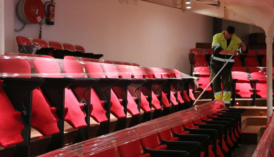 Un treballador netejant la zona de butaques en els últims retocs abans d'obrir el Teatre Metropol, un cop acabada la primera fase d'obres.