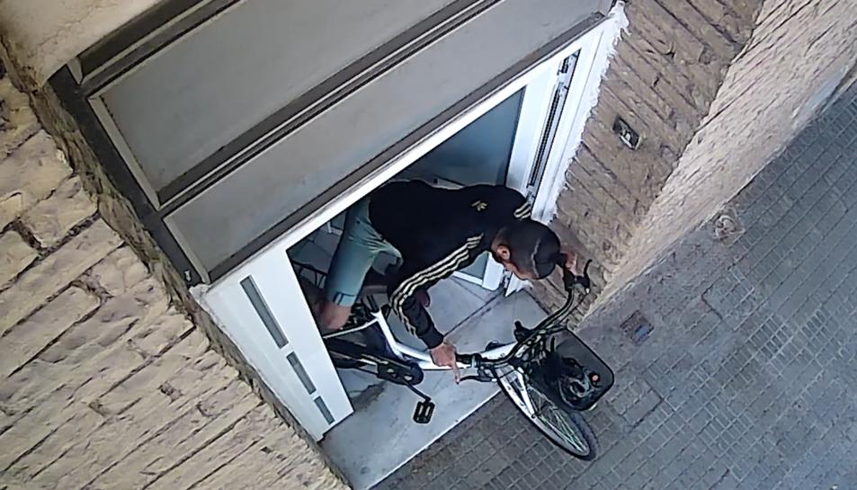 Al noi se l'acusa d'un altre robatori amb força en un domicili de l'avinguda Països Catalans.