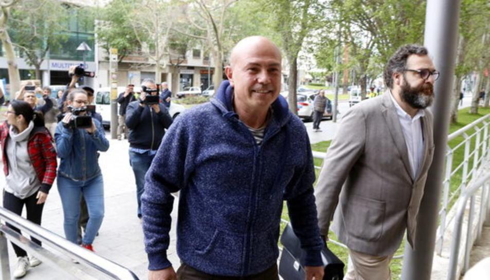 El bomber investigat accedint als jutjats de Reus acompanyat del seu advocat.
