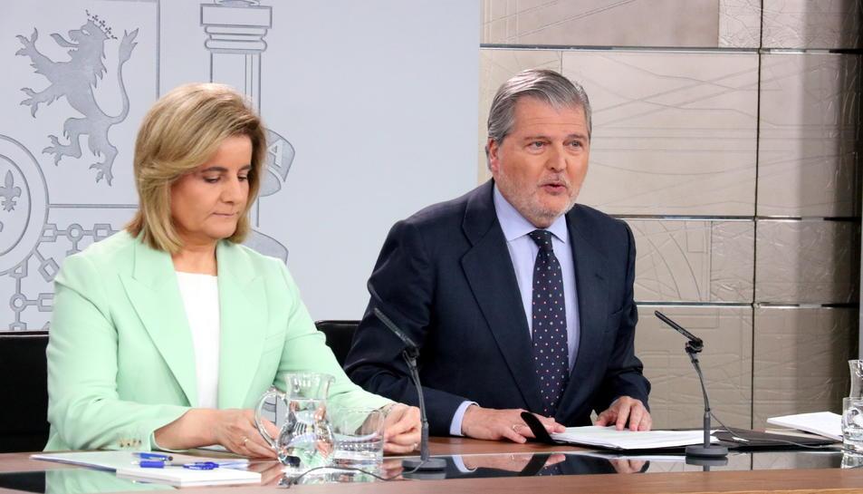 El portaveu del govern espanyol, Íñigo Méndez de Vigo, i la ministra d'Ocupació, Fátima Báñez, després del Consell de Ministres.