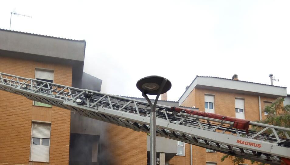 La Policia Local i els Bombers, actuant en l'incendi d'un pis al barri Sant Josep Obrere de Reus.
